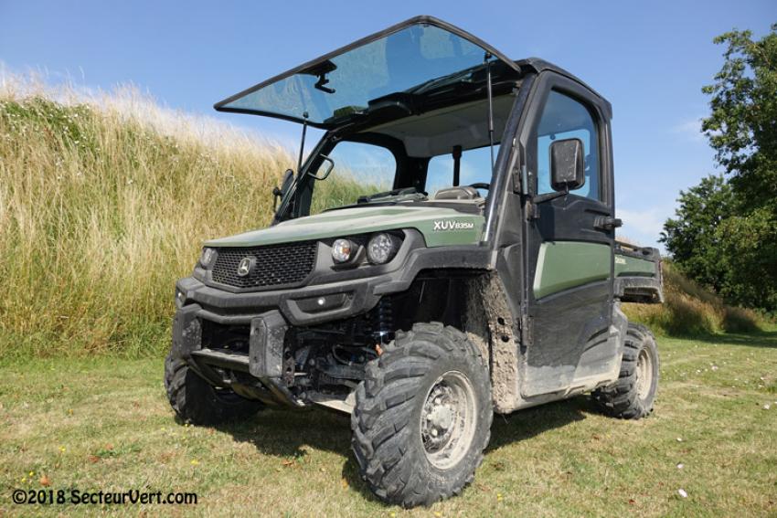 SecteurVert.com a testé pour vous les nouveaux véhicules utilitaires John Deere Gators XUV 590M (essence), XUV 835M (essence) et XUV 865M (diesel) dans des conditions d'utilisation intensive