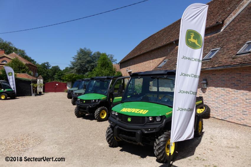 JOHN DEERE FRANCE : François CATHELINEAU, Responsable Produits Espaces Verts, présente les nouveaux véhicules utilitaires Gator XUV 835M et Gator XUV 865M… des engins sûrs, confortables, économiques et polyvalents